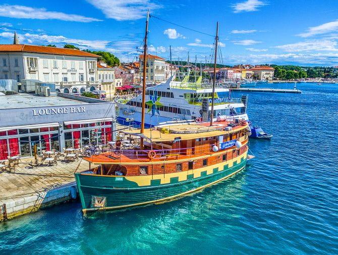 Schiff Tarin im Hafen